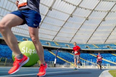 Biegnący sportowcy.