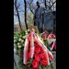 Kwiaty pod pomnikiem Wojciecha Korfantego w Warszawie